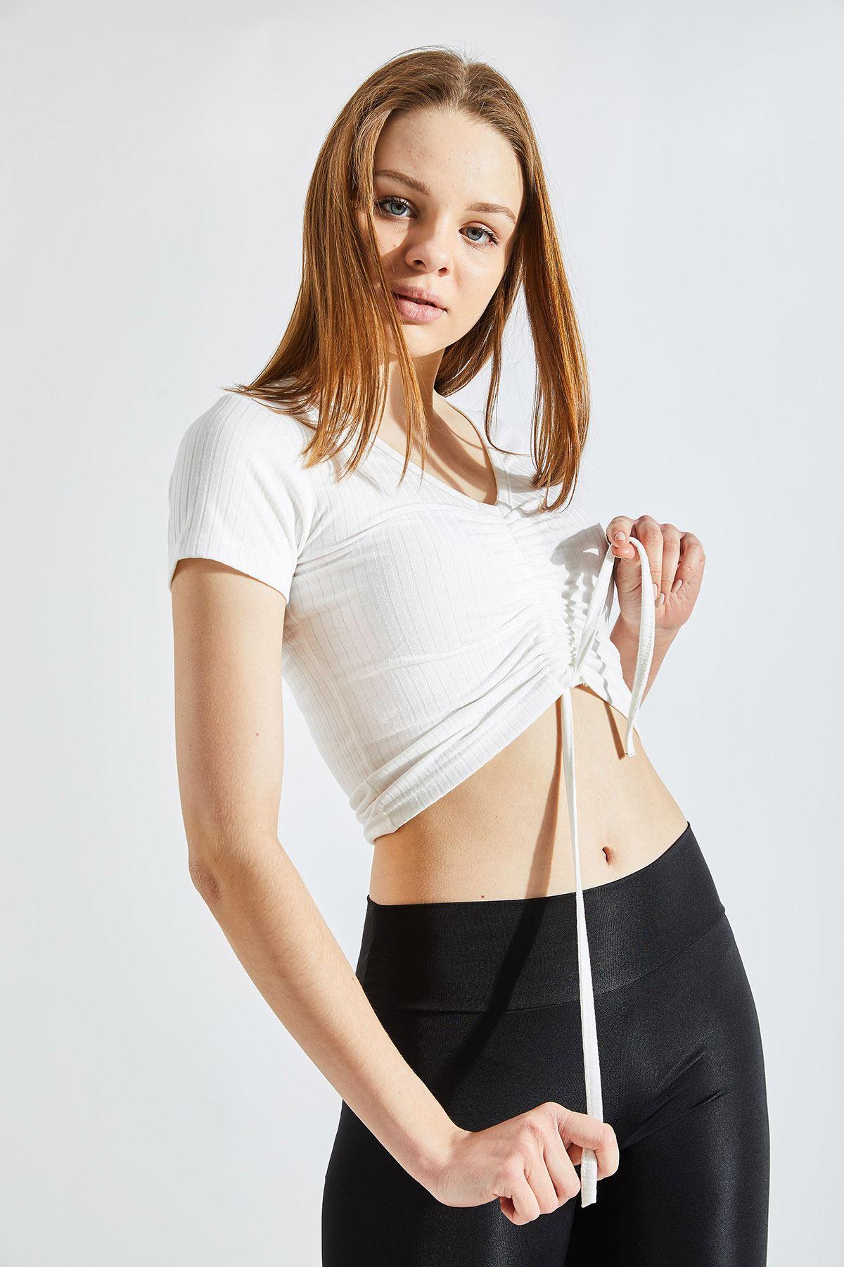 Kadın Ön Büzgülü Kaşkorse Crop Krem Tişört